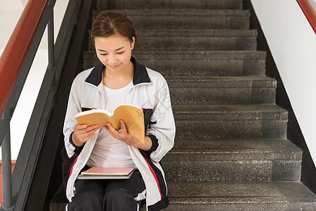 高中生教学楼看书图片