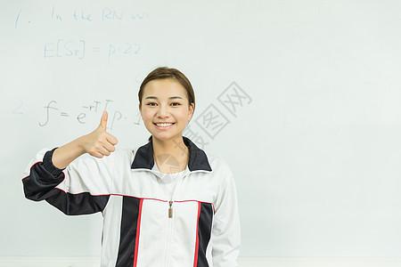 高中生白板前举大拇指图片