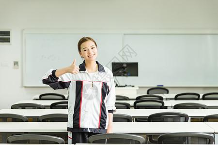 高中生教室内举大拇指图片