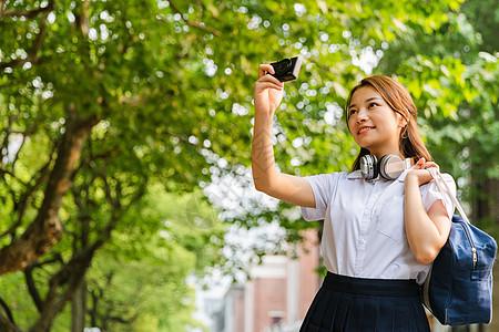 校园写真女生拍照图片