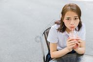 校园写真青春女孩喝饮料图片