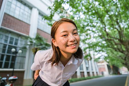 校园写真夕阳下可爱的女生图片
