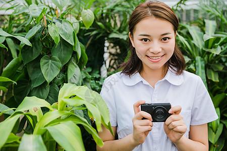 校园写真青春女生花园内拍照图片