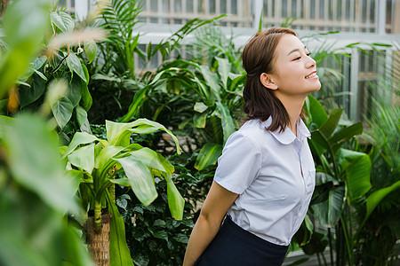 校园写真花园内可爱的女生图片