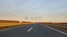 宽敞的原野公路图片