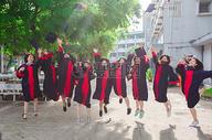 毕业季的毕业照图片