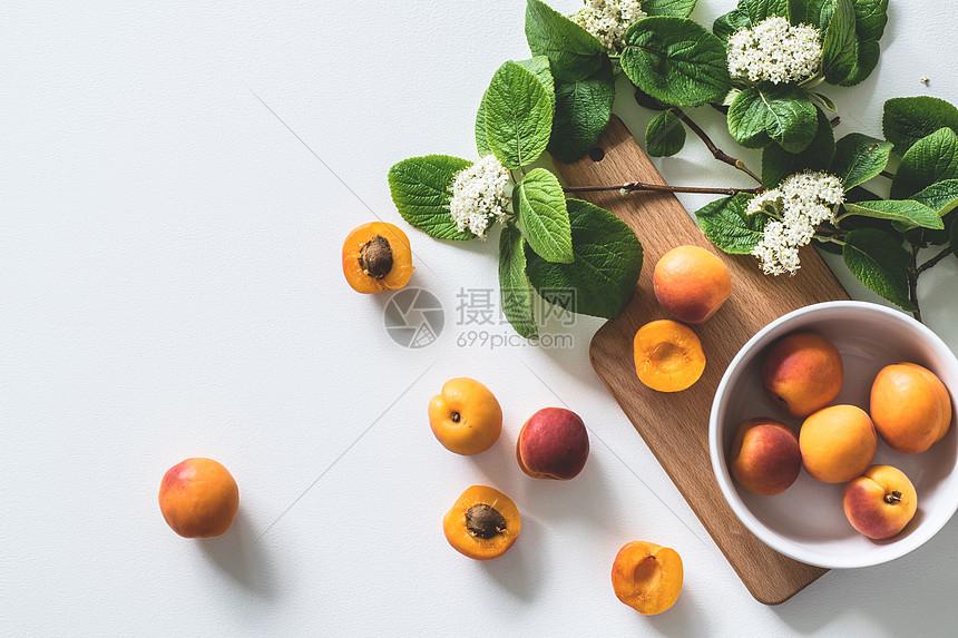 桌上的黄杏图片