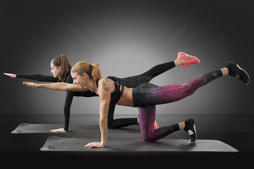 健身房的男女图片