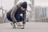 冬日户外运动的女子图片