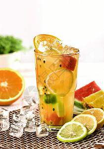 一杯冰镇新鲜的果汁图片