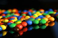 黑色背景上的彩虹糖图片