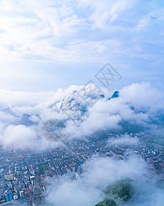 蓝天白云山峦披云山下城图片