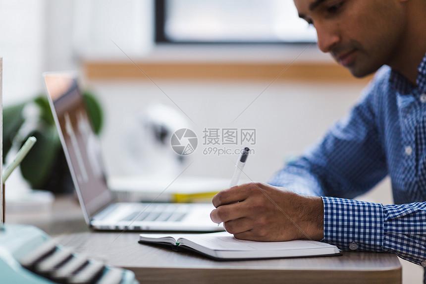 电脑工作的商业人士图片