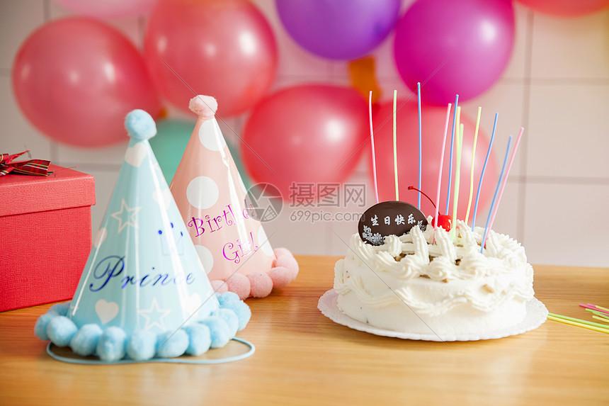 生日蛋糕和玩具礼物图片