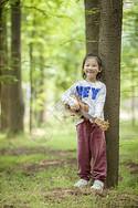 女孩在森林里弹尤克里里图片