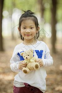 女孩子抱着玩具熊图片