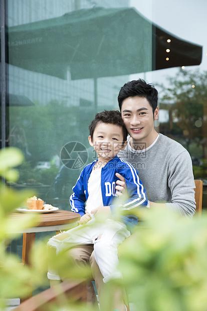 爸爸和儿子在咖啡厅玩闹图片