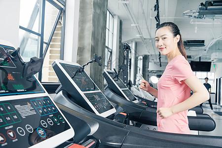 健身房跑步机运动女性图片