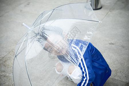 雨天打伞的小孩图片