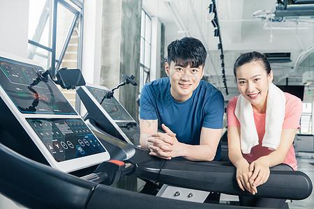 健身房跑步机运动男女人像图片