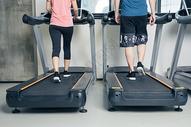 健身房跑步机跑步脚部局部特写图片