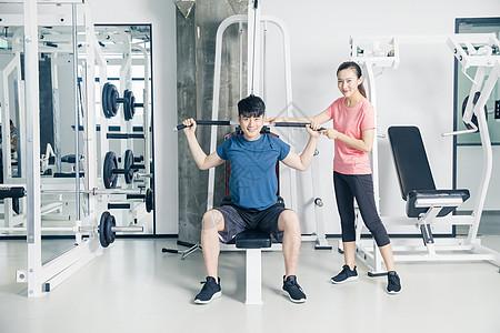 健身房力量训练器械健身男女图片