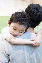 拥抱的父子图片