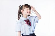 儿童小女孩学生敬礼图片