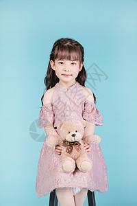 小女孩儿童节手持玩具熊图片