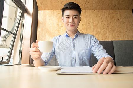 商务男性咖啡馆喝咖啡图片