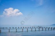 武汉东湖蓝天白云下的凌波门栈桥图片