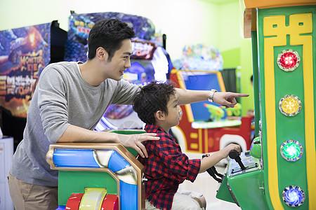 爸爸和儿子一起玩游戏图片
