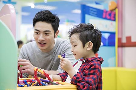 爸爸和儿子一起玩玩具图片