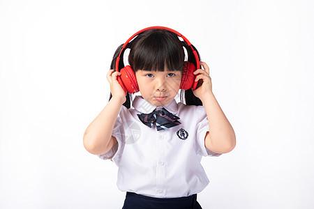 戴耳机听音乐生气的小女生图片