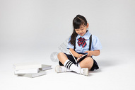 穿校服的小女孩在看书图片