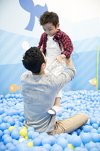 父亲和孩子在游乐园玩耍图片