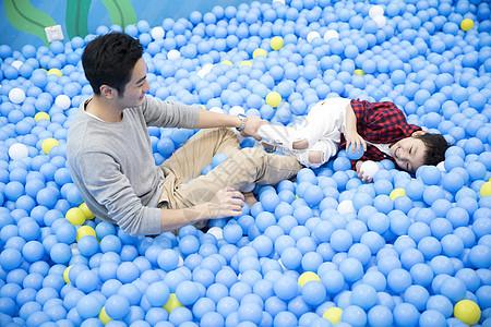 爸爸和儿子在玩海洋球图片