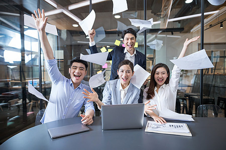 商务团队加班胜利欢呼成功图片