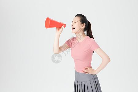 青年女性手持红色话筒扩音器图片