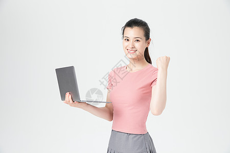 青年活力女性使用电脑图片