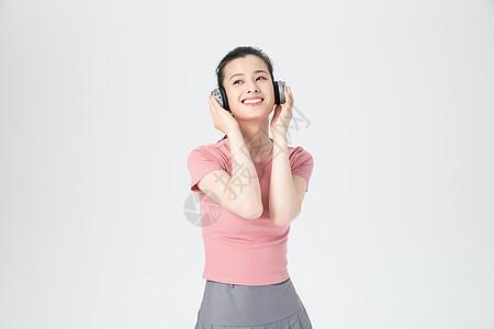 活力青年女性耳机听歌图片