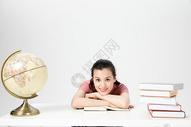 青年女性课桌学生形象人像图片