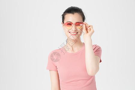 青年女性人像戴墨镜形象图片