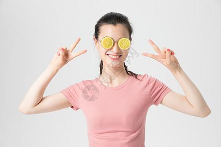 年轻女性戴柠檬卡通眼镜搞怪图片