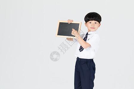 手拿小黑板展示的儿童男孩图片