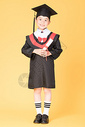 儿童学生穿学士服拍毕业照图片