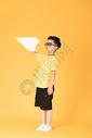 飞纸飞机的快乐男孩儿童图片