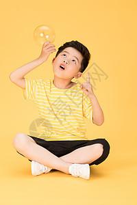拿着电灯泡思考想问题想象的儿童图片