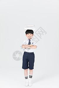 头顶着课本书本的小孩子图片