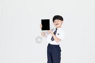 手拿平板展示的儿童小男孩图片